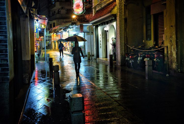 Watch You Back Silouette Silouette Photography Night Lights Nightphotography Street Photography Streetphotography Architecture Built Structure City Wet Rain Building Exterior Street Illuminated Water Night Real People Men Umbrella Reflection Rainy Season Walking Outdoors