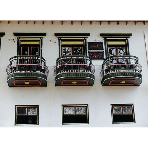 Líneas, colores y belleza! Windows Thecolors Ventanas Decolores Town Jerico Jericoantioquia Antioquia Streetphotography Urbanphotography Fujifilmcolombia Fujix30 Sinfiltro