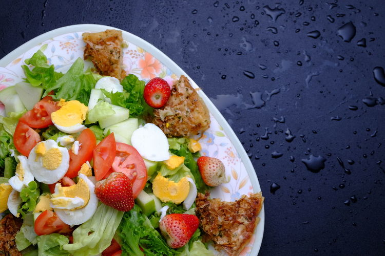 Colorful Food Food And Drink Freshness Healthy Eating Lettuce No People Plate Ready-to-eat Salad Strawberry Tomato Tomatoes Top View Top View Of Food Vegeatbles Vegetables And Fruits Wet