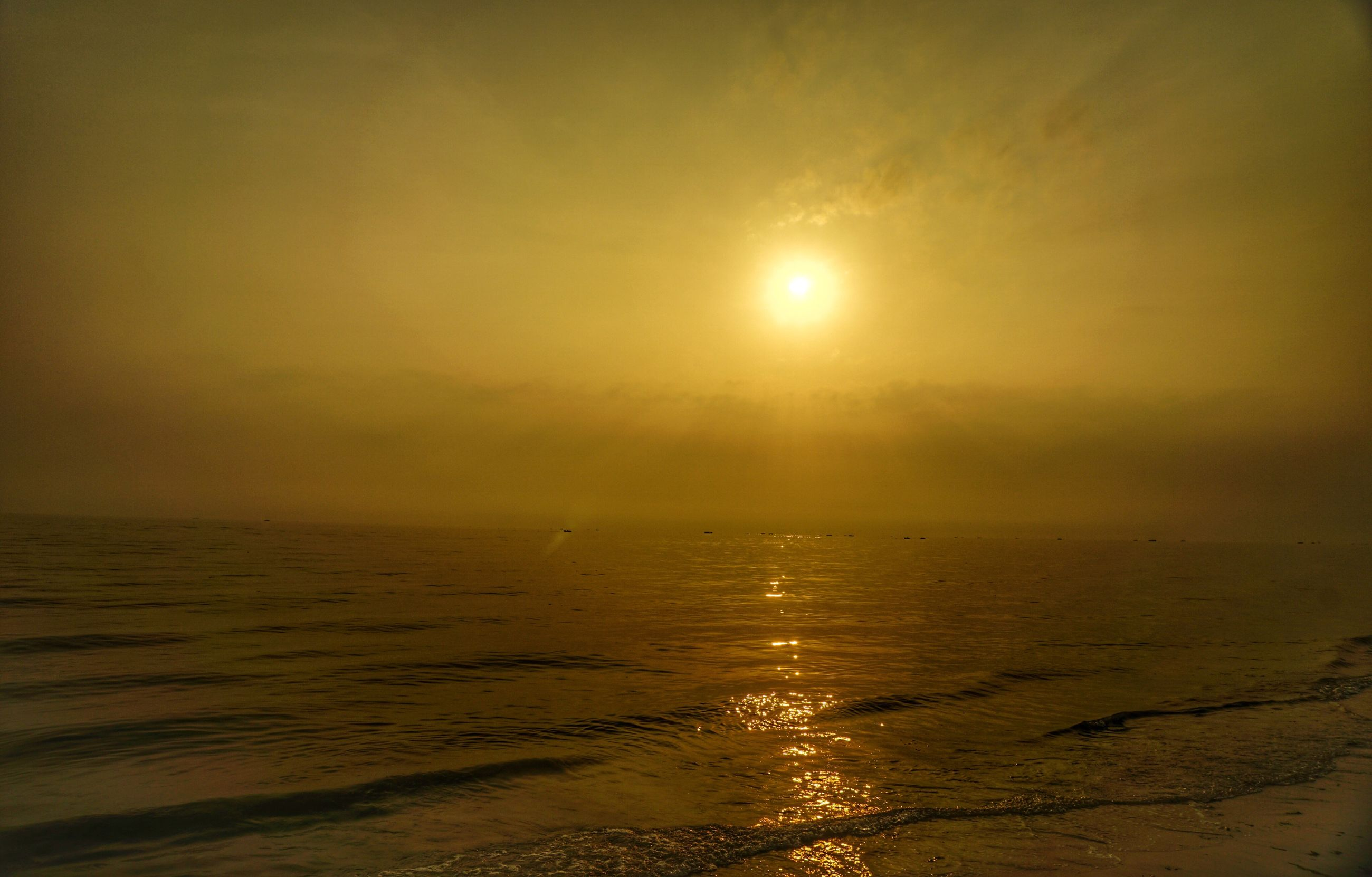 sea, water, sun, sunset, tranquil scene, scenics, horizon over water, beach, tranquility, beauty in nature, shore, nature, idyllic, sky, reflection, sand, sunlight, remote, wave, non-urban scene