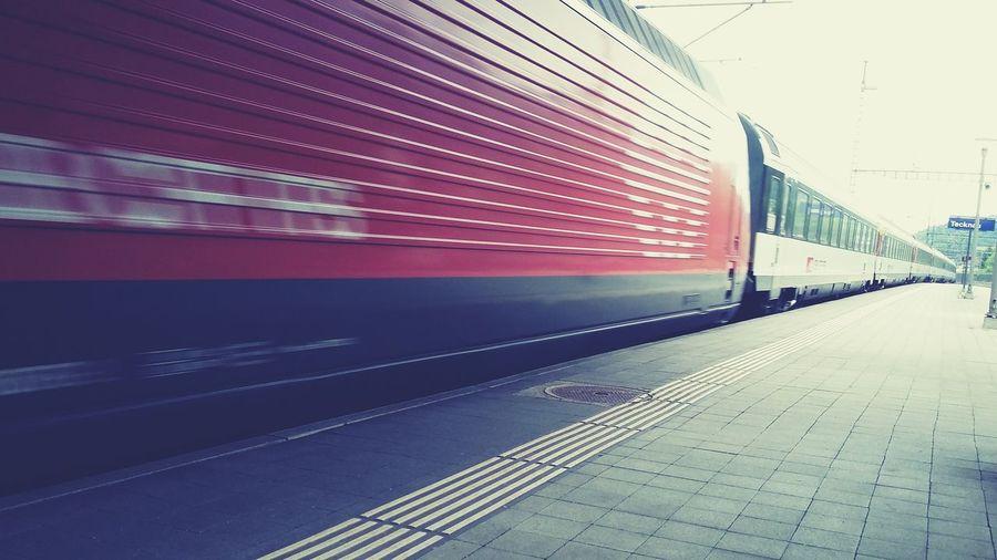 Ein halbstündiges Warten am Bahnhof, 20 Minuten lesen und Zügen nachschauen.