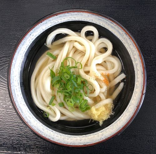 『ポンポン』 おじさんのお見舞いに市民病院まで来ました。こちらも久しぶりです。徐々に混んできました。 かけうどん小 ¥200 ここの出汁も辛めで好きな味です。おろし生姜を溶かすと、たまりませんね美味い( ^ω^ ) Udon Pasta Food And Drink Italian Food Food Wellbeing Freshness Healthy Eating