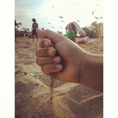 Bagaikan pasir lepas dari kepalan, berderai, perlahan dan menghilang... ketika genggamannya tak lagi menyamankan 😌 Gabaperkok Gaadamaksud Bukanpujangga Pasir tangan genggaman focus MyAsus asuscam