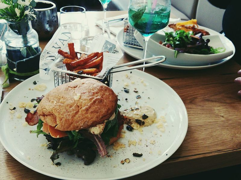 😍🍔🍟🙄Food Ready-to-eat Food And Drink Gourmet Close-up Check This Out Enjoyinglife  Food And Drink Foodphotography Focus On Foreground Hello World Eye4photography  Sundays GoingOut Having Lunch Restaurant EyeEm Gallery Taking Photos Weekendvibes Burger Love The Art Of Cooking Foodporn Authentic Moments Enjoying The View