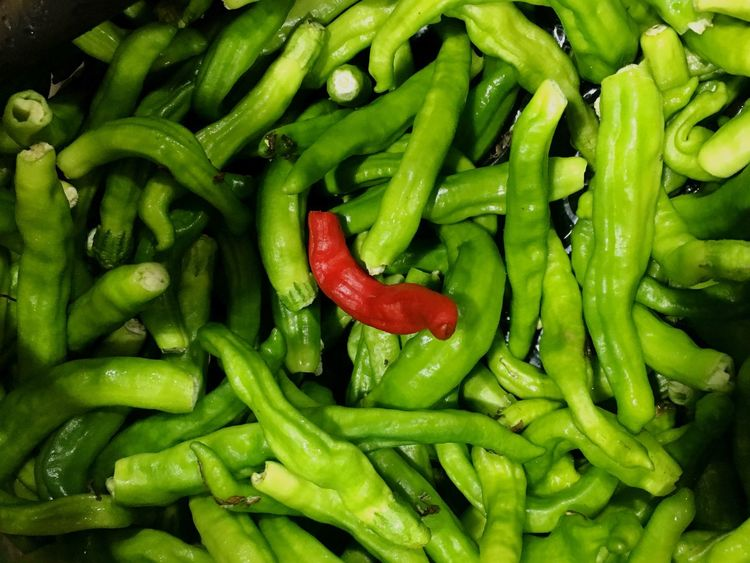 The Week On EyeEm Food And Drink Abundance Green Color Food Vegetable Spice Full Frame Freshness Pepper Contrast Backgrounds Green Vs Red Healthy Eating Large Group Of Objects For Sale Green Chili Pepper Heap No People Market Close-up Outdoors Day