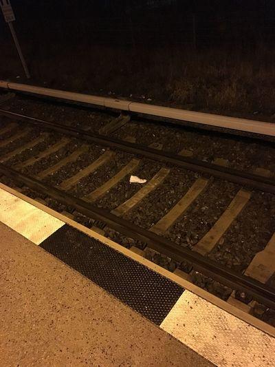 Schuhe  Sneakers Bahnhof Schiene Gleisbett Verzweiflung Kummer Pünktlich Verspätet Tickets Müll Trash