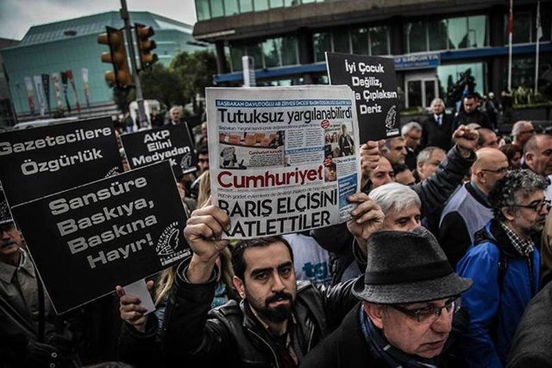 Members of journalism unions shout slogans and hold placards 'reading: Freedom for journalist' on November 29,2015 in Istanbul,during a demonstration after the arrest of their Editor in Chief.A court in Istanbul charged two journalists from the opposition Cumhuriyet newspaper with spying after they alleged Turkey's secret services had sent arms to Islamist rebels in Syria,Turkish media reported.Editor-in-chief Can Dundar and Erdem Gul,the paper's Ankara bureau chief are accused of spying and 'divulging state secrets'.Both men were placed in pre-trial detention. Candundar ErdemGül Cumhuriyet