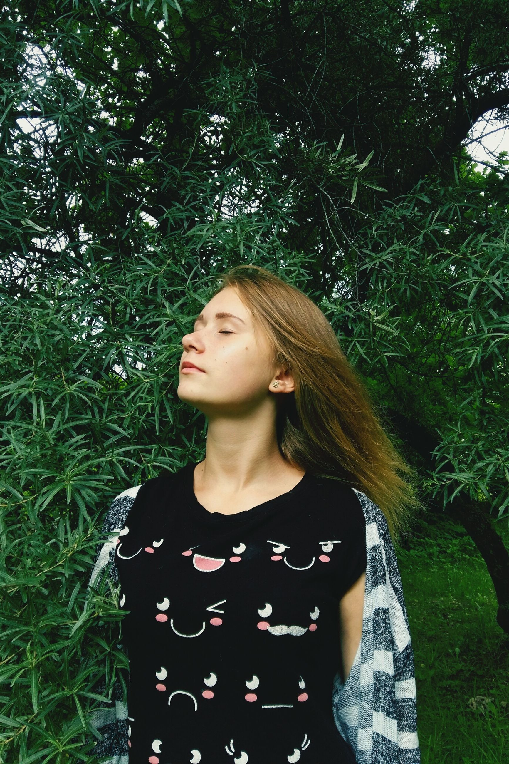 portrait, young women, person, front view, lifestyles, casual clothing, long hair, leisure activity, tree, grass, beauty, confidence, outdoors, day, plant, growth, nature