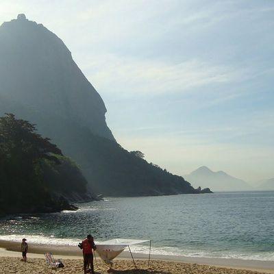 Não estou a passeio e muito menos de férias. Mais é impossível estar aqui e não admirar tudo isso. Deus me deu o privilégio de ser carioca.