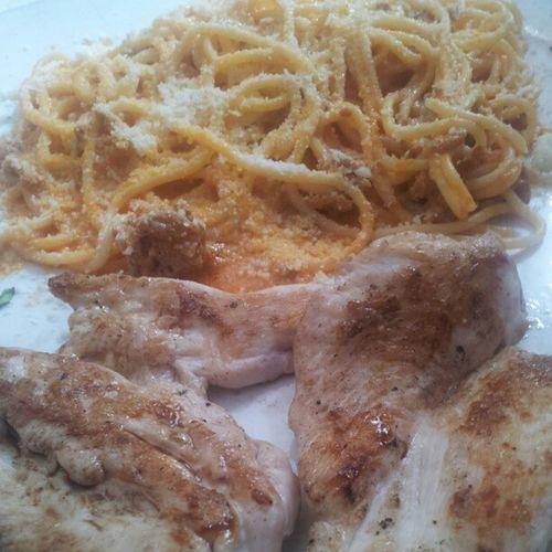 Espaguetti con salsa pappaccini y pechuga de pollo Food