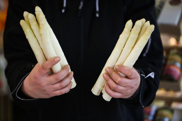 White asparagus on market, asparagus , white, Health, Drehs, row, Hand , asparagus in Hand