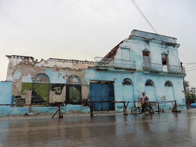 Cuba Cuban Life Che Guevara Mural Bike Rainy Days Cloud - Sky Life Abandoned Built Structure Architecture Outdoors Building Exterior Day