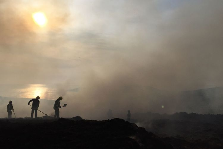 Firefighting on the hill Actionfigures Landscape_Collection Sunset Siloette Silouette & Sky Smoke Over50 Women At Work FireFighting  #NotYourCliche Silhouette Men Cloud - Sky Sky Group Of People Togetherness This Is Aging Nature Sunset Land Real People Environment Outdoors This Is Aging