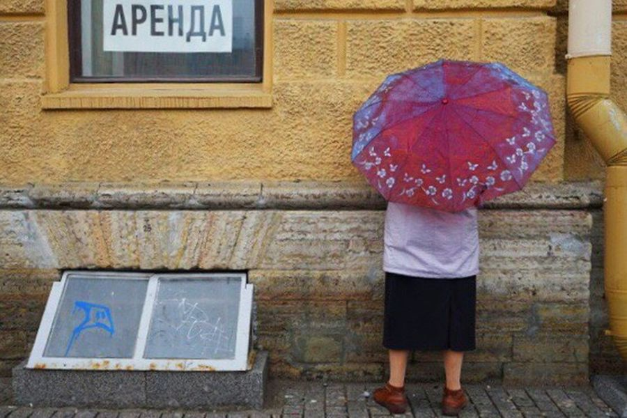 Traveling Home For The Holidays Standing Outdoors Umbrella People Watching Russia Brick Wall Rain Cold The Secret Spaces EyeEmNewHere The Street Photographer - 2018 EyeEm Awards The Traveler - 2018 EyeEm Awards The Traveler - 2018 EyeEm Awards #urbanana: The Urban Playground