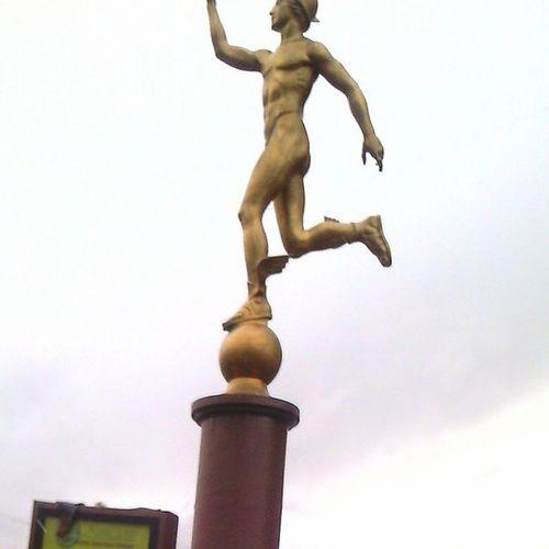 Статуя Гермеса возле Сбербанка статуя гермес Сбербанк КрасотенскаяКрасота дмтпп дмитров