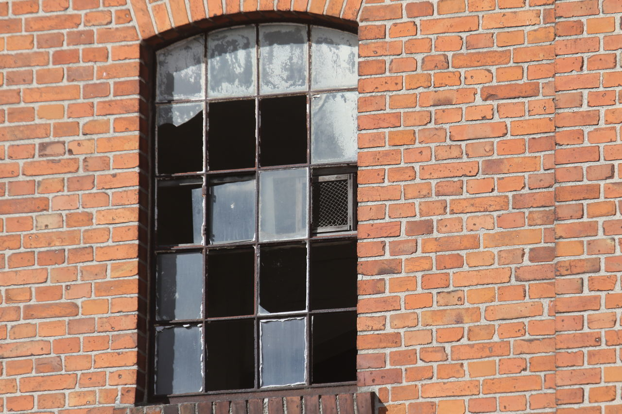 window, brick wall, building exterior, architecture, built structure, no people, day, outdoors, desolate