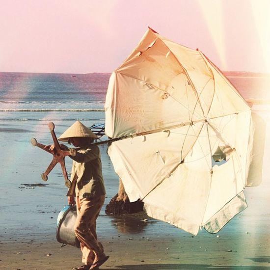 Người đàn bà đi nhặt mặt trời, người đàn bà đi nhặt đời mình...