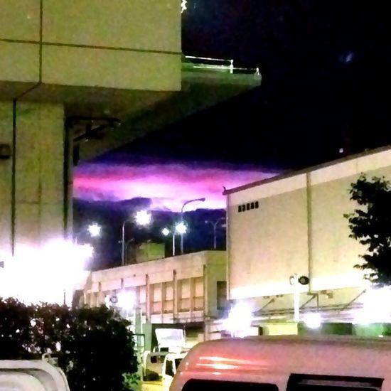 夜明け前 の空に幻想的な光が見えました☆仕事中だった為頑張ってズームで撮影(^^;)
