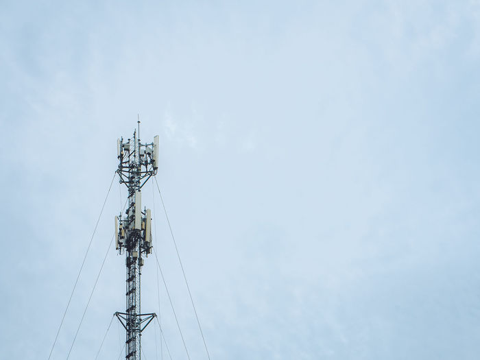 Antennas that transmit 4g and 5g signals and the internet signal to communities or around the world