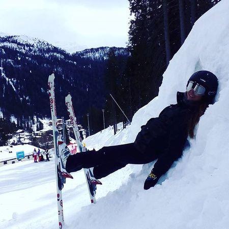 Tipica posizione da sciatore esperto!!! ❤ Passione Sciare Sci Crampi Gamberotte Piedifreddi Matiamolostesso Trentinodavivere Trentino  Skycampiglio