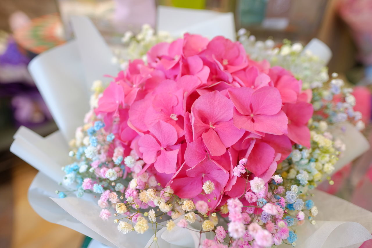 HIGH ANGLE VIEW OF PINK ROSE BOUQUET ON TABLE
