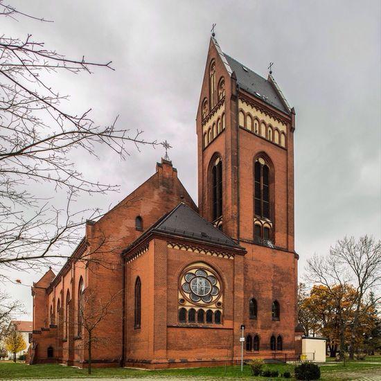 """Hinter dem 16. Kalendertürchen befindet sich die Kirche """"Heilige Familie"""" in Hoyerswerda. Hoyerswerda Lausitz Kirche Sachsen"""