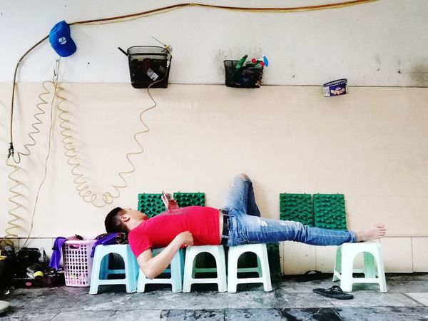 P9 Huawei PhonePhotography Resting Socializing Street Streetphotography Vietnam Siesta Relaxing Multi Colored Red Blue Stack Cleaning Equipment Cleaner Street Scene The Street Photographer - 2018 EyeEm Awards