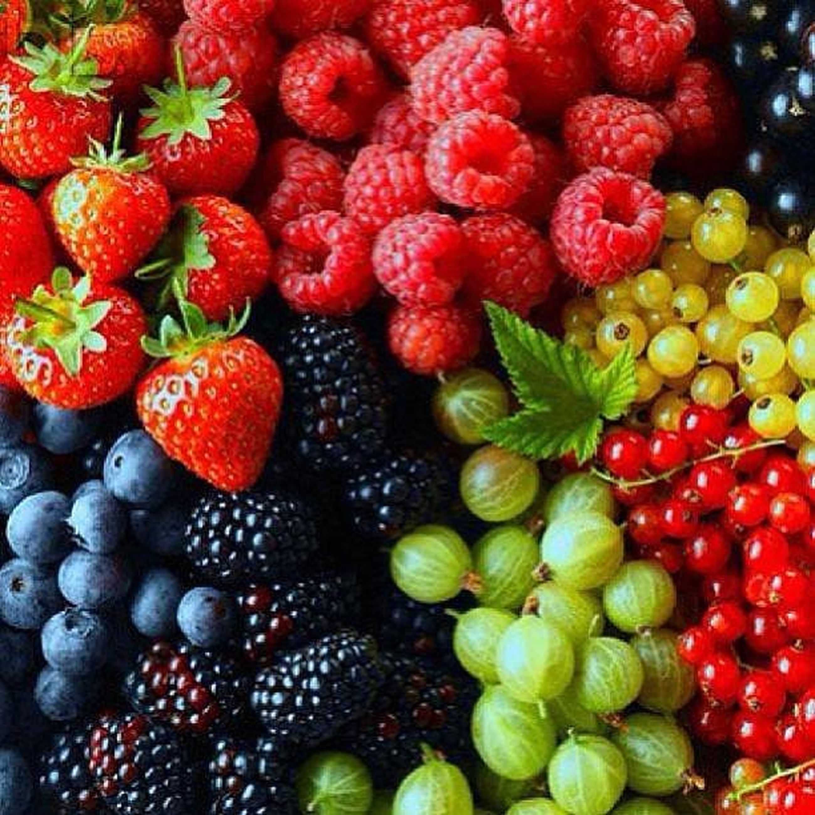food and drink, fruit, food, red, healthy eating, freshness, abundance, large group of objects, full frame, backgrounds, market, for sale, retail, strawberry, ripe, market stall, high angle view, still life, organic, variation