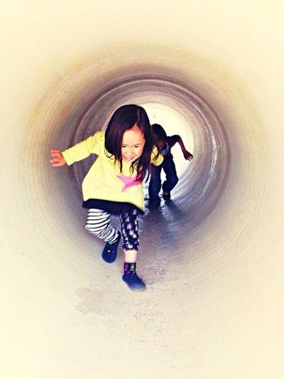 Children 双子 Twins まる トンネル。(Tunnel