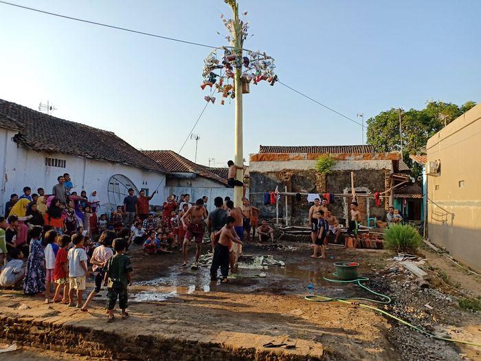menek debog INDONESIA Pekalongan City Kedungwuni Hadiah Merahputih Bocah  Children Games 17an Lomba Men Crowd Sky First Eyeem Photo