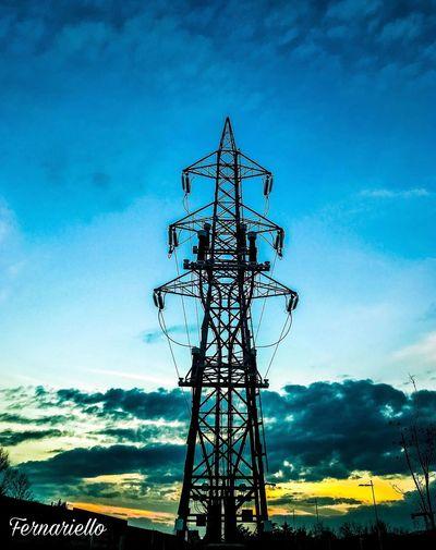 Quante cose che sembrano più grandi sembrano pesanti... https://instagram.com/p/BgRLTl0grNG/ Skyline Skyscraper Global Communications Architecture Nature Electricity Pylon Outdoors