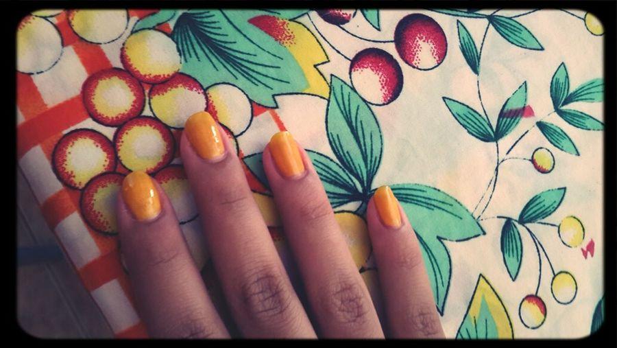 uñas amarillas.