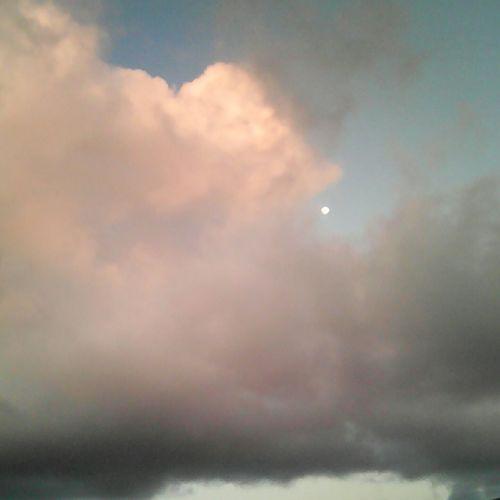 Nuvens... Lua.