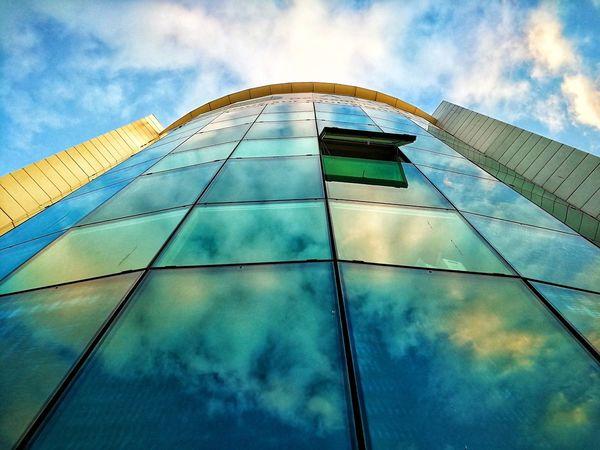 J'ai fait des photos que je n'aime pas. Alors comme la plupart de mes abonnés n'aiment pas celle que je aime, j'ai décidé de publier celles que je n'aime pas non plus. Ça se tient dans le fond... Sky Cloud - Sky Low Angle View Architecture Built Structure No People Skyscraper Building Exterior Modern Day City Urban Skyline The Graphic City