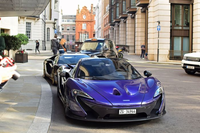 Mclaren P1 parked outside the Dorchester hotel in London! London Lifestyle London Like4like Transportation L4l Autumn Autumn Colors Hypercar Supercars CarShow Carspotting Cars McLaren Newandold Fastcar Vehicle Carphotography Purple L4f P1 Hotel Mclaren P1 Car Architecture Lamborghini