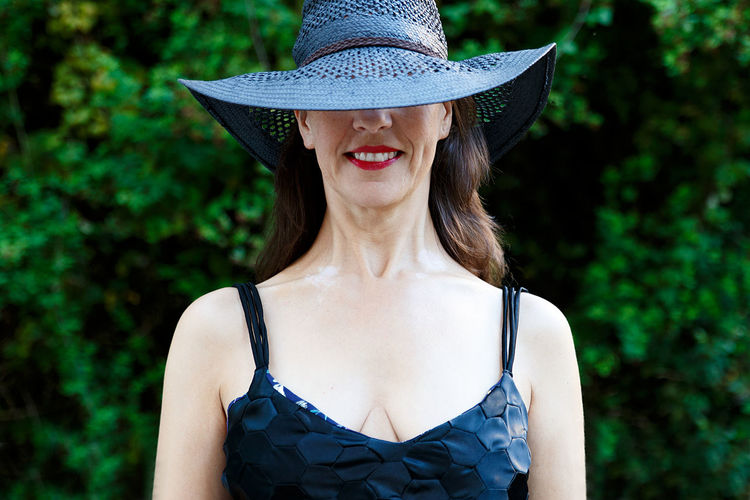 Portrait of a smiling young woman wearing hat