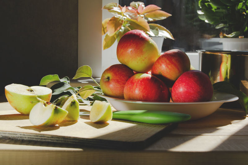 Close-up of apples in bowl on table