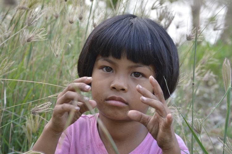 ชนบท ชนบท เด็กน้อย EyeEm Selects Child Portrait Childhood Headshot Looking At Camera Front View Close-up Grass