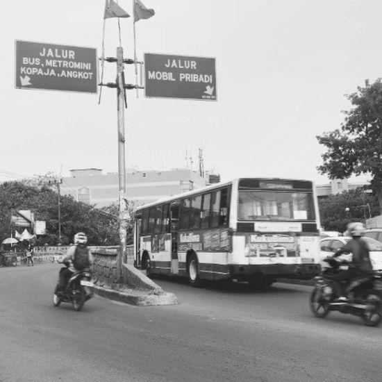 """Kebanyakan orang mengenal paham """"peraturan dibuat untuk dilanggar"""". Jakarta Photojournalistik Bnw"""