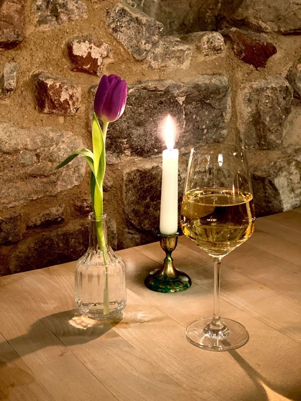 FLOWER VASE ON TABLE IN GLASS