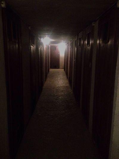 El miedo solo sirve para que el lobo parezca mas grande. // The fear only serves for the wolf look bigger Oscuro Fear Dark Puerta Door Pasillo Corridors  Burgos España
