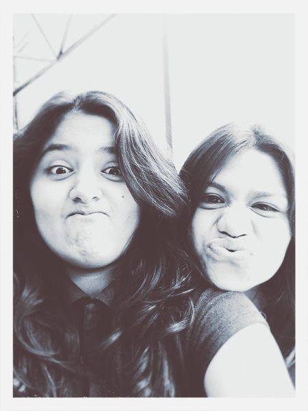 Porque ella es mi mejor amiga y ella me hace sentir mejor con todas esas tonterías que me hace decir y hacer