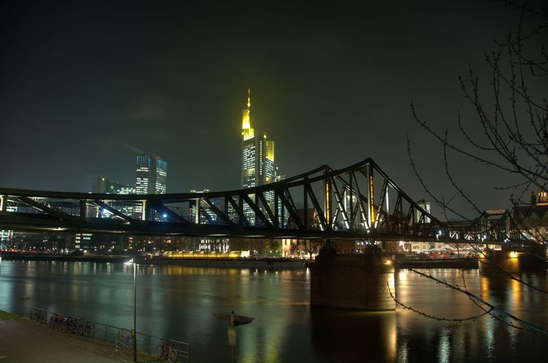 Eiserner steg bridge over river main at night