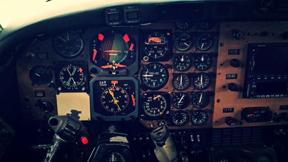 La oficina de un piloto . Piloto Cockpit Control Panel Airplane Aerospace Industry Speedometer Gauge Air Vehicle Flying Military EyeEmNewHere