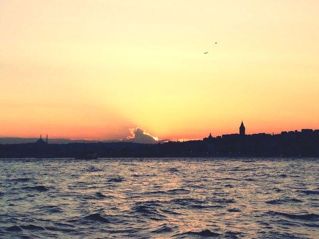 İstanbul... Istanbul Turkey Türkiye Sea Sea And Sky Sun Kuslar Enjoying Life Hello World Gunbatimi Life City Mutluluk Akşam Night Bakış History Nature