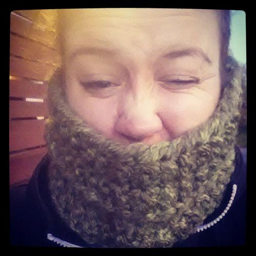 Idag använder jag min super sköna halsduk som bästis stickat. Värmer både hals och öron ♡ B ästavän Haldduk V ärme ♡