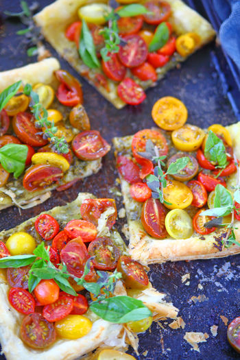 Cherry tomato tart with fresh herbs Snack No People Close-up Healthy Eating Ready-to-eat Freshness Food Indoors  Tomato Tart Cherry Tomatoes Fresh Herbs  Puff Pastry Vegan Food Vegetarian Portions Colorful Fresh Produce Oregano Light Meal Lunch Homemade Food Textures Baking Pan Overhead Naturaleza