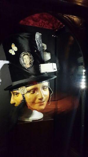 Aynaya yansıyan başka, görünen başka, gösterdikleri ise bambaşka.. ...... İnsanların yüzlerini göremiyorum Boğazım düğüm düğüm çözemiyorum ....... Figueres, Spain Salvador Dali Museum Behind The Masks Two-faced Light And Shadow Lonelyplanet Ineedamiracleformylostsoul Silhouette Eye4photography  Eternity And A Day EyeEm Best Shots Capture The Moment Reflections Showcase: December