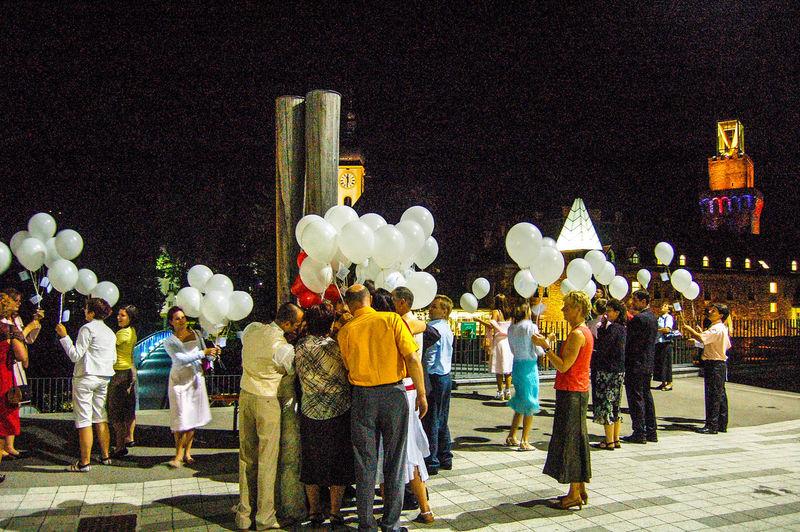 Start of wedding balloons Glück Hochzeitsfotografie Luftballons Adult Glücklich Hochzeit Hochzeitsbrauch Large Group Of People Night Outdoors Real People Best Shots Hofi