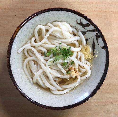 『十河製麺』 お使いの順路を少し外れて行きます。早い時間でも開いてます。じっちゃん一人でやり繰りしてます。 かけうどん小 ¥150 こんな時間ですが客足は絶えませんね。 Udon Pasta Italian Food Food And Drink Food Freshness Healthy Eating Table